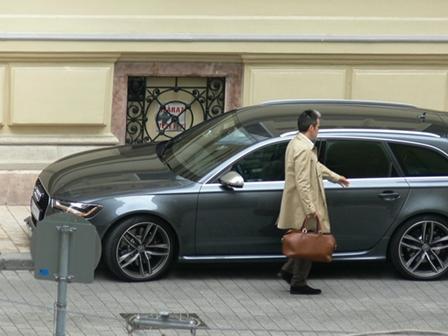 Luxuséletet él, de nem tudni, honnan kap fizetést Habony Árpád, aki hivatalosan senkivel nem áll szerződésben, nem közszereplő, így vagyonnyilatkozatot sem kell leadnia, és nem lehet megtudni, kitől kap fizetést, amiből igazi luxuséletét finanszírozza. A miniszterelnök bizalmasának egy cége van, a Színes Tinták Bt., aminek 2009 óta semmi bevétele nincs.
