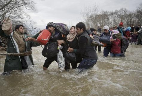 Menekültek folyón kelnek át